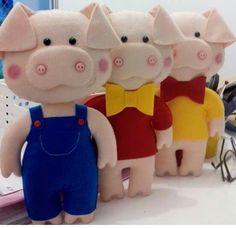 Três porquinhos Felt Puppets, Felt Finger Puppets, Pig Crafts, Doll Crafts, Felt Crafts Patterns, Crochet Pig, Operation Christmas Child, Three Little Pigs, Felt Baby