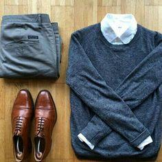 Look chic avec une chemise blanc sous un pull et des chaussures de ville #look…