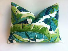 Une housse de coussin décorative Tropical en impression de feuille de palmier du bananier Bright Miami. Couleurs comprennent vert, bleu marine, Aqua et Turquoise sur fond Ivoire. Tissu intérieur et extérieur évalués à résister à 500 heures de lumière du soleil. Motif est aléatoire, très beau tous les sens, quil est coupé.  Pour la référence de léchelle : le capot lombaire est un 12 x 18.  Ce tissu intérieur/extérieur est parfait pour les vérandas et verrières, à lintérieur et à lextérieur…