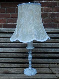 Voor de liefhebbers van brocante stijl: een schemerlamp. Bewerkte koperen voet, witgeschilderd en geschuurd, en een ouderwetse kap die beplakt is met kant-vitrage. Geeft heel mooi licht door, is half-transparant! Hoogte 60 cm. Verkocht.