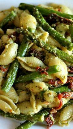 Orecchiette   grüner Spargel   getrocknete Tomaten   Olivenöl--Kräuter-Pesto   Knoblauch