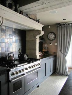 country kitchen in steel blue Kitchen Pantry, Kitchen Dining, Kitchen Decor, Kitchen Cabinets, Happy Kitchen, Country Kitchen, Cozy Kitchen, Rustic Kitchen, Castle Stones