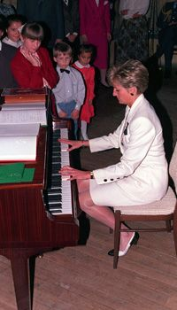 Princess Diana played the piano to a group of children and parents in 1991 showing off her skills. Had no idea she played piano.
