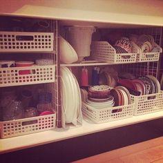 使える技がたくさん♪参考にしたいキッチン『シンク下』の収納アイデア集 | キナリノ Home Decor Kitchen, Diy Kitchen, Kitchen Interior, Kitchen Storage, Home Kitchens, Kitchen Organisation, Organization Hacks, Organized Kitchen, Living Room Storage