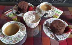 Le mug cake keto est un gâteau qui se prépare au micro-ondes en quelques minutes.