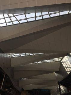Afinando los detalles del domo de la entrada principal de Fashion Drive para su gran inauguración...