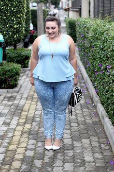 Blusa peplum plus size, calça jeans e sobretudo