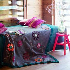 Customiser une couverture en laine avec des fleurs colorées