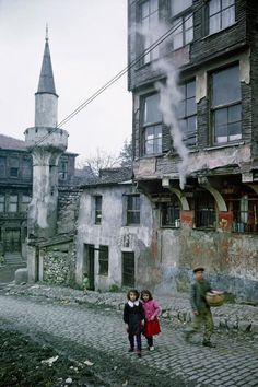Sarı Beyazıt Camisi önlerinde iki kız (1968. Küçükpazar/Vefa. Ara Güler)