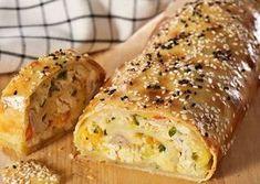 Μια συνταγή για μια εύκολη κοτόπιτα, τυλιγμένη σε ρολό σφολιάτας, ιδιαίτερα γευστική για ορεκτικό ή και κυρίως πιάτο. Εντυπωσιάστε τους καλεσμένους σας με Greek Cooking, Cooking Time, Cooking Recipes, Savoury Baking, Savoury Cake, Greek Pastries, The Kitchen Food Network, Good Food, Yummy Food