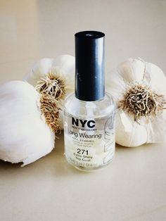Chop up garlic in tiny pieces, smash some with flat side of knife, put on any clear nail treatment. Strong Nails, Clear Nails, Healthy Nails, Nail Treatment, Kitchen Witch, Beauty Hacks, Beauty Tips, Remedies, Nail Polish
