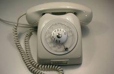 Telefonerna vi hade hemma såg ut såhär. Lite senare moderniserades de och fick tryckbara sifferknappar istället.
