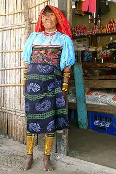 Nalunega. We ondergaan de stilte en de rust van de Kuna Indianen, op het piepkleine eilandje. Ze leven van visvangst, jacht en toerisme. De vrouwen naaien mooie decoratieve doekjes, 'de Mola's'. Die beschermen hun van de boze geesten. De Kuna vrouwen Hier vind je de beste tips[ hoe je een vrouw versierd| een duurzame relatie start|om vrouwen te versieren|voor een lange relatie] paypro.nl/producten/Vandaag_Vrouwen_Versieren/3658/19509
