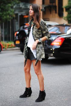 camo jacket and leather shorts Camo Fashion, Military Fashion, Girl Fashion, Military Shirt, Style Fashion, Military Trends, Outfits Mujer, Autumn Winter Fashion, Trendy Outfits