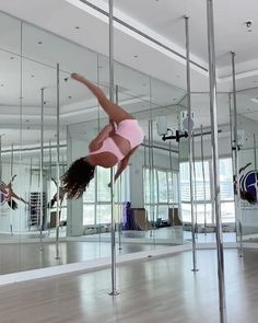Pole Dance Moves, Pole Dancing Fitness, Dance Choreography, Pole Fitness, Videos Yoga, Workout Videos, Areal Yoga, Dance Positions, Pole Dance Studio