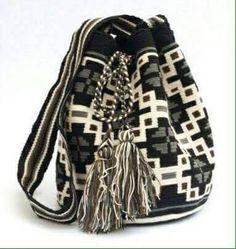 Büzgülü Tığ İşi Örgü Çanta Modelleri 18 Crotchet Bags, Knitted Bags, Tapestry Bag, Tapestry Crochet, Mochila Crochet, Boho Bags, Clutch, Bead Crochet, Crochet Fashion