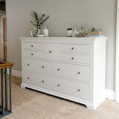 ACC home Chantilly White Wide 9 Schubladen Truhe - The Cotswold Company The Air Mattress of the Futu Chest Of Drawers Decor, Chest Of Drawers Makeover, Wide Chest Of Drawers, Bedroom Drawers, Chest Of Draws, Black Bedroom Furniture, Funky Furniture, Furniture Design, Plywood Furniture