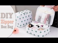 DIY from scratch shows you how to make a comfort box bag for travel. Just put in all your make up and take with yourself anywhere in the trip. Diy Makeup Organizer, Diy Bag Organiser, Diy Makeup Storage, Diy Organization, Diy Bag Organizer No Sew, Diy Travel Purse, Diy Purse, Travel Bag, Travel Diys