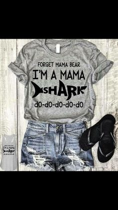 Mama shark t-shirt Vinyl Shirts, Mom Shirts, Funny Shirts, Mama Shark, Personalized T Shirts, Diy Shirt, Looks Cool, Shirts With Sayings, Custom T