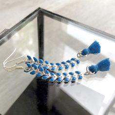 Boucles d'oreilles argent 925 avec chaîne épis et petit pompon bleu Pandora Charms, Bracelets, Boutique, Earrings, Jewelry, Pom Poms, Feathers, Jewelry Designer, Ears