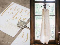Chụp váy treo lên, chụp giày, phu kiên, v.v.v... là nét đặc trưng của truyền thống ngày cưới phương tây