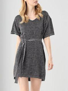 Uma linha de malha de manga curta casual mini vestido com cinto