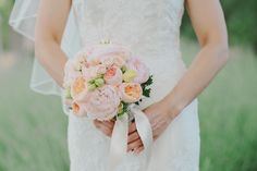 Tuscany destination wedding // peonies and roses bouquet // www.landvphotography.it