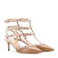 """Valentino - Kitten-Heel-Pumps Rockstud aus Leder - Statement-Heels sind ein Instant-Upgrade selbst für eher schlichte Outfits. Zu den aufregendsten Modellen zählen Valentinos """"Rockstuds"""" aus fein genarbtem Leder, die mit einer Komposition aus nietenbesetzten Riemchen und einem angesagten Kitten-Heel überzeugen. Wir lieben das warme Braun in Kombination mit den nudefarbenen Riemchen! seen @ www.mytheresa.com"""