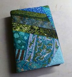Fabric Cover Tutorial for a nicer, tighter book cover which also does not show the wrong side of the fabric. The cover doesn& have to be quilted like this Best Book Covers, Bible Covers, Diy Quilting Frame, Fabric Book Covers, Fabric Books, Journal Covers, Notebook Covers, Fabric Journals, Sewing Art