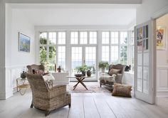 korgmöbler och stora fönster Entryway Bench, Interior Design Living Room, Interior Inspiration, Decor Styles, Beautiful Homes, Beach House, Colours, Windows, Bed