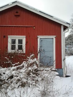 """Recycled Wreaths (1): Newspaper"" – A cottage in Ilola (Porvoo, Finland; Photo: Katja K.)   ⎮  recyclie.blogspot.fi"