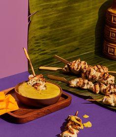 Satay de poulet et sa sauce à la mangue | Recettes d'ici | Recettes d'ici Mets, Routine, Bbq, Appetizers, Mango Sauce, Chicken Strips, Going Out, Barbecue, Barrel Smoker