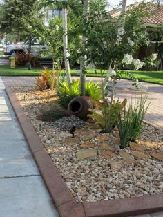 Simple Low Maintenance Front Yard Landscaping Ideas (55) #LandscapeFrontYard #LandscapingIdeas