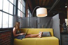 Montagnachmittag. Meeting in großer Runde. Projektplanung mit dem Chef. Alle beteiligen sich rege an der Ideensammlung, Vorschläge werden durcheinander gerufen. Alle? Nicht alle.   Zwei unbeugsame Mitarbeiter*innen sitzen über ihre Notizblöcke gebeugt, hören aufmerksam zu und machen sich fleißig Stichpunkte. Keiner von beiden nimmt aktiv an der Diskussion teil.   Menschen mit Introversion erkennt man in Diskussionen leicht: Sie sind meist die, die schweigsam am Rand sitzen und zuhören. Make Money From Home, How To Make Money, College Admission Essay, Hire Freelancers, Business Articles, My First Year, Virtual Assistant, Online Jobs, Software Development