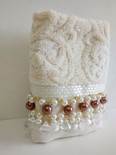 Hand towel x 50 cm) in cotton, from the Karsten brand, Embroidered with pearls . Bathroom Towel Decor, Bathroom Crafts, Handmade Beads, Handmade Art, Crochet Towel, Towel Crafts, Bead Sewing, Towel Set, Diy Crafts To Sell