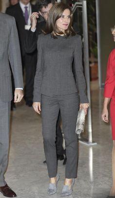 Suit Fashion, Royal Fashion, Fashion Dresses, Gothic Fashion, Suits For Women, Clothes For Women, Look Office, Classy Suits, Queen Letizia