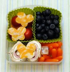 This Bento Lunch (packed in a simple sandwich box) is full of the Little Lady's favorites: baby carrots, cherry tomatoes, blueberries, a few cheese butterflies . and her NEW love — Cream Cheese and Ham Pinwheels. Creative School Lunches, School Lunch Recipes, Kids Lunch For School, Healthy School Lunches, Lunch Snacks, Work Lunches, School Snacks, Taco Bar, Healthy Food Options