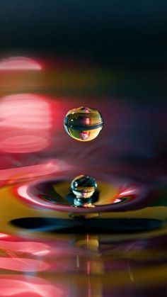 It's not an oil painting.it's a colorful water drop. High Speed Photography, Water Photography, Macro Photography, Creative Photography, Amazing Photography, Levitation Photography, Experimental Photography, Dew Drops, Rain Drops