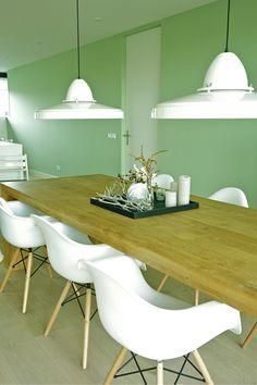 Sfeer houten tafel, witte stoel, vloer en muur