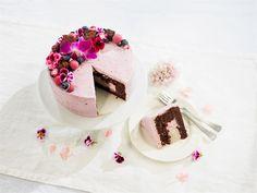 Mehevän suklainen kakkupohja kätkee sisälleen mustaherukka- ja lakritsamousset, joiden yhdistelmä on yllättävän ihana ja erilainen. Runsas kukkia ja lakritsamakeisia sekä kakkupohjaa hyödyntävä koristelu on helppo tapa tehdä  kakusta juhlava luomus.