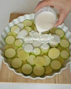 Patatesli Kabaklı Graten Tarifi için Malzemeler 2 adet kabak 3 adet patates 200 ml sıvı krema 1 çay bardağı süt [caption id=