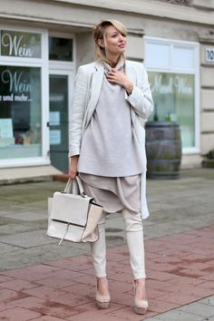 All deets: http://www.ohhcouture.com/2015/04/ohh-chloe/ | Streetstyle: Nude shades, layering, leather pants, trapeze bag, oversized knit, zara turtleneck #ohhcouture