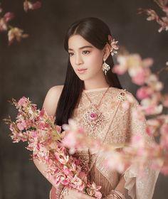 """ถูกใจ 1,919 คน, ความคิดเห็น 6 รายการ - MAEW Tasanapong (พี่แมว) (@maew_makeup) บน Instagram: """"เปลี่ยนลุคน้องสายป่านจากสาวเท่ห์สไตล์ทอมบอยมาเป็นสาวชาววังไทยโบราณ…"""""""