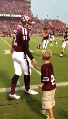 johnny manziel kid high-five Football Gear, Football Players, Johnny Manziel, High Five, American Football, Soccer, Sports, Kids, Give Me 5