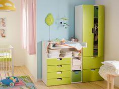 Vauvan huone, jossa STUVA-hoitopöytä ja valko-vihreä vaatekaappi.