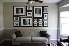 Above couch photo arrangement Photo Arrangements On Wall, Inspiration Wand, Layout Inspiration, Family Wall, Family Rooms, Home And Deco, Family Pictures, Hang Pictures, Collage Pictures