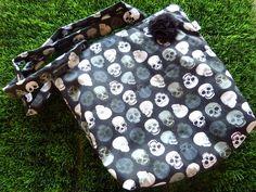 Bolsa confeccionada em tecido 100% algodão.  Estruturada com manta acrílica.  Forro em tecido de algodão.  Fecha por zíper.  Com detalhe de fita pompom em uma das alças.    Dimensões aproximadas: 36cm(comprimento) x 35cm(altura, sem as alças)x8cm(largura)    Outras cores e estampas consultar: dolcevalen@gmail.com R$40,00