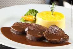 Aquarelle (jantar)    Escalope de filet mignon, purê de mandioquinha com aromas cítricos, molho Bordalaise