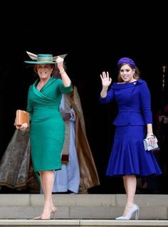Sarah, Duchess of York and Princess Beatrice arrive ahead of the. Sarah, Duchess of York and Princess Beatrice arrive ahead of the wedding of Princess Eugenie of York and Mr. Jack Brooksbank at St. George's Chapel on October 2018 in Windsor, England. Princesa Beatrice, Princesa Eugenie, Princesa Kate, Sarah Ferguson, Estilo Real, Mother Of The Bride Looks, Sarah Duchess Of York, Eugenie Wedding, Jack Brooksbank