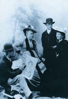 Taiteilija Kaarlo Vuori maalaa Maiju Canthia: taustalla Minna Canth ja hänen poikansa Pekka Canth,1885-1890-luku. - SKS:n Kirjallisuushistoriallinen kuvakokoelma - Minna Canth 1844-1897 - Canth julkaisi kymmenen näytelmää, kahdeksan laajaa novellia tai kertomusta, kaksiosaisen novellikokoelman sekä pamfletin. Hän on Aleksis Kiven ohella toinen merkittävä näytelmäkirjailija ja prosaisti.